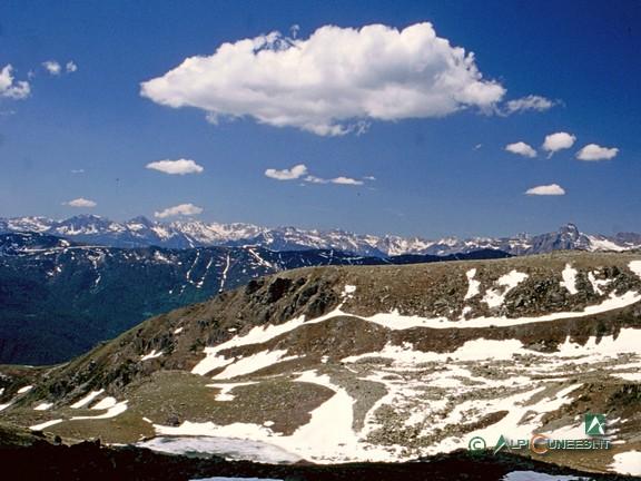 9 - Panorama verso la Val Maira. In basso, il Lago di Luca (2004)