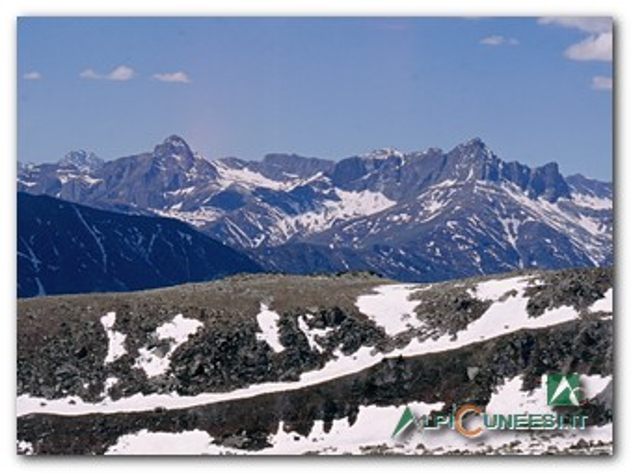 10 - Panorama verso la Val Maira. A destra il Pelvo d'Elva, a sinistra il Monte Chersogno (2004)